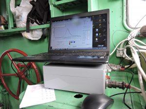 В кабине тепловоза размещен модуль преобразования сигналов и переносной компьютер.